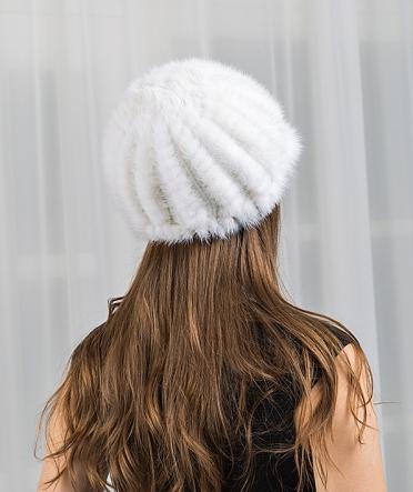 Шапка из вязаной норки белая