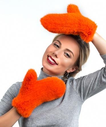 варежки из вязаной норки оранжевые