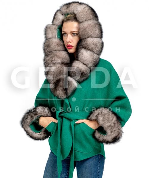 Короткое пальто с мехом на капюшоне зеленое